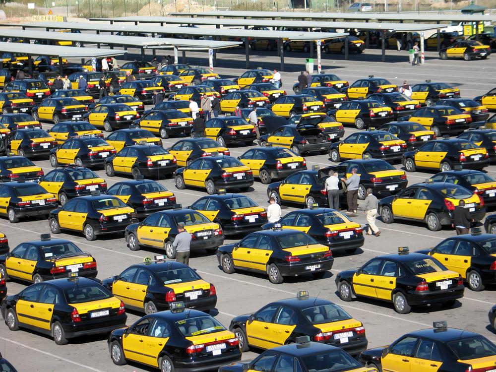 Taxis en la T-2 del Aeropuerto de Barcelona