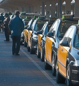 """La zona de espera para taxis libres de la T-1 de El Prat, el 22 de febrero. ARCHIVO / DANNY CAMINAL"""