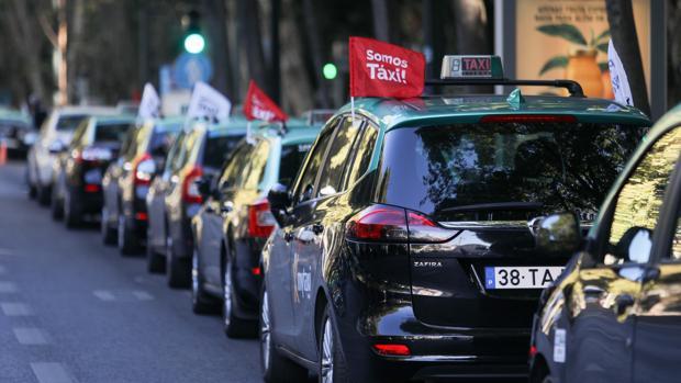 Los taxistas portugueses cumplen su tercer día de protestas contra las VTC