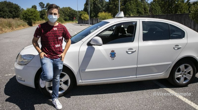 Maro Ramallo, el taxista más joven de Barbanza: «Non podía quedar de brazos cruzados, así que decidín poñerme ao volante»