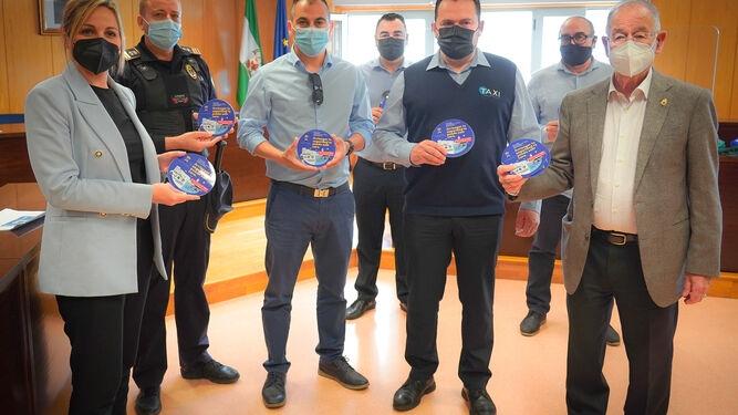 Representantes municipales y taxistas muestran material de la campaña. / D. A.