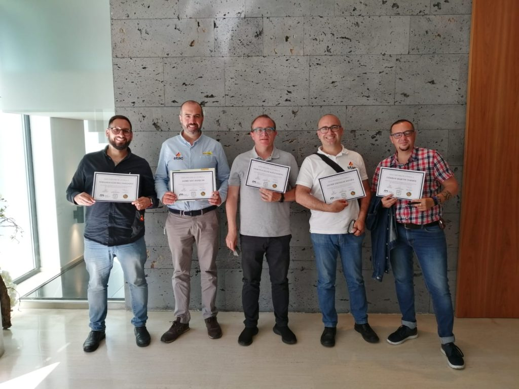 Compañeros del STAC que participan en el proyecto con su diploma